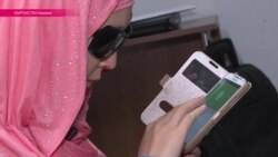Без зрения, но с гаджетом: слепая девушка сама освоила цифровые технологии и учит этому других