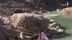 کودکان نساکوه سوار بر«طناب مرگ» به مدرسه می روند