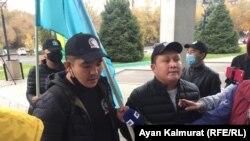 Члены движения «Намыс», собравшиеся перед консульством США в Алматы, против выхода фильма «Борат-2». 23 октября 2020 года.