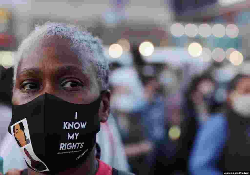 """""""Tisztában vagyok a jogaimmal"""" - áll ennek a New York-i nőnek az arcmaszkján."""