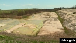 Частина Північно-Кримського каналу поблизу адмінмежі з Кримом, куди вже не надходить вода, 26 квітня 2021 року