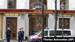 Rendőrök az iráni delegáció szálláshelyeként szolgáló hotel előtt Bécsben, 2021. április 6-án