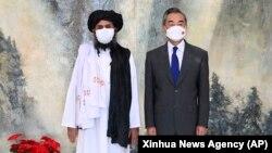 Один из лидеров Талибан Мулла Абдул Гани Барадар с главой МИД Китая Ван И. 2021 год