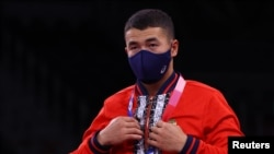 22 жаштагы Акжол Махмудов Олимпиаданын күмүш медалын утту.