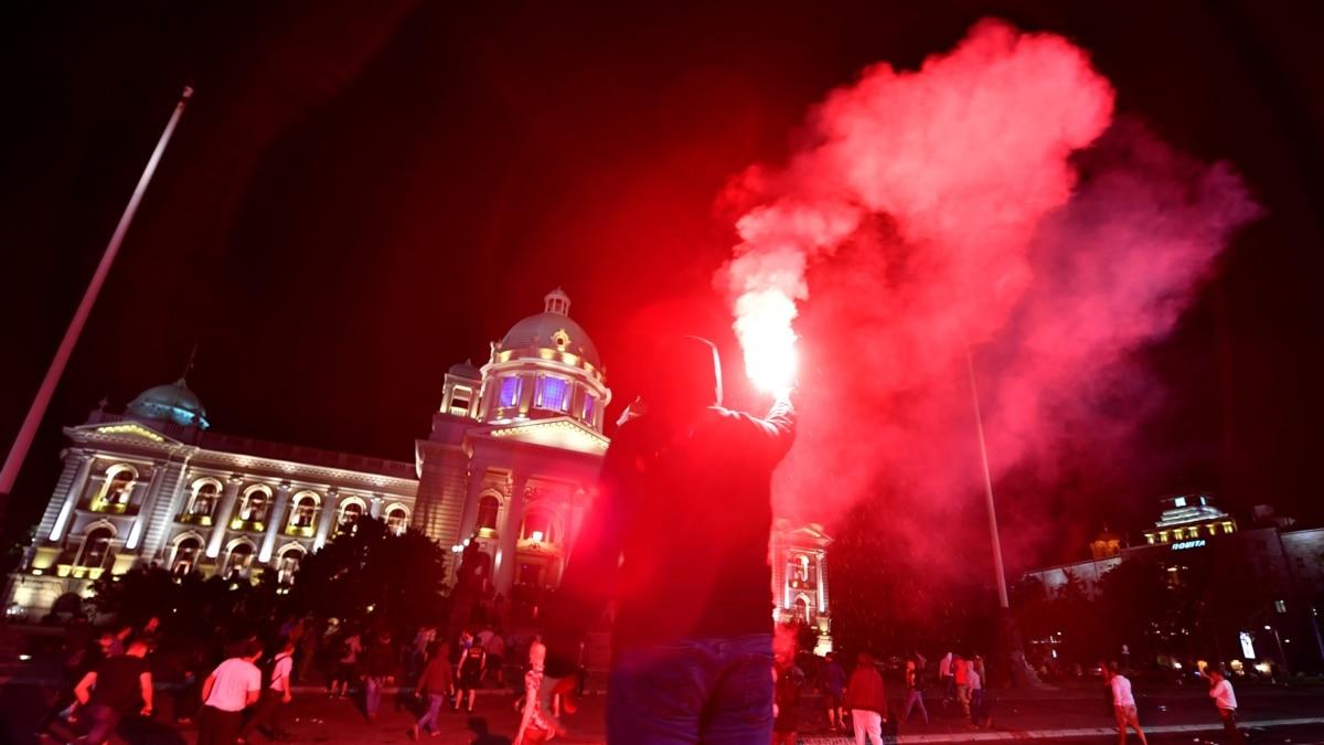 Беспорядки и массовые протесты из-за усиления карантина в Сербии (фоторепортаж)