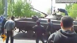 Мешканці Маріуполя блокують українську військову техніку