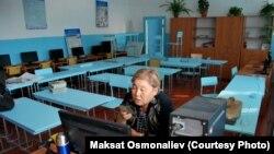 Мектепте балдарга онлайн сабак өтүп жаткан мугалим. Кыргызстан. 2020-жыл.