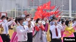 Жители на Северна Корея празнуват с предпазни маски 109-ата годишнина от рождението на Ким Ир Сен - основател на комунистическата Северна Корея, който традиционно е наричан Велик вожд. 16 април 2021 г.