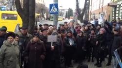 У Луцьку прокурорів провели на роботу пікетувальники з портретами Януковича
