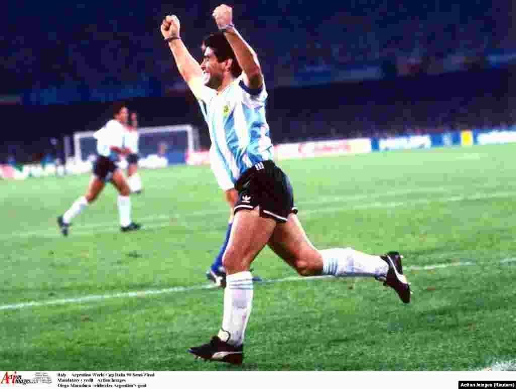 Gólöröm a legendás futballjátékostól. A felvétel 1990-ben az Olaszország-Argentína meccsen a világbajnokság középdöntőjében készült.