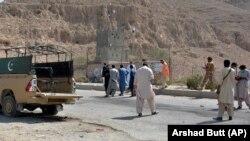مردان مسلح ناشناس چهار کارمند حکومت پاکستان بشمول یک زن را در شمال غرب این کشور ربودند.