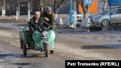 Люди едут на мотороллере. Село Сортобе, Жамбылская область. 2 февраля 2021 года.