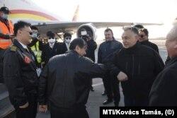 Orbán Viktor üdvözli a Suparna Airlines Kínából érkezett repülőgépének személyzetét a Liszt Ferenc-repülőtéren 2020. március 24-én.