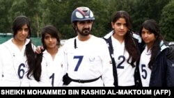 Vladar Dubaija šeik Maktoum sa svojim kćerkama na Evropskom prvenstvu u izdržljivosti za žene 2008. godine u Velikoj Britaniji