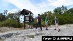 Туристы изучают схему храма