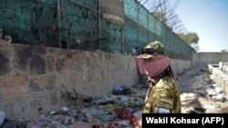 Kabil aeroportuna hücumdan sonra, Taliban döyüşçüsü keşik çəkir