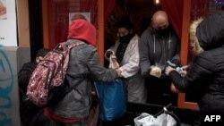 Egy étterem ételt oszt Budapesten a koronavírus-járvány és a gazdasági válság idején
