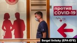 Мужчина в маске в московском ГУМе, 15 июня 2021 года.