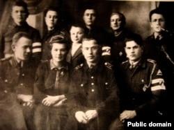 У Настаўніцкай сэмінарыі ў Паставах. Яўген Жыхар у верхнім шэрагу, другі зьлева. 1943 год
