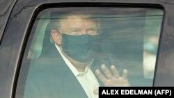 САД - Американскиот претседател Доналд Трамп во автомобил кој поминува покрај негови поддржувачи пред медицинскиот центар Валтер Рид во Мериленд на 4 октомври 2020 година.