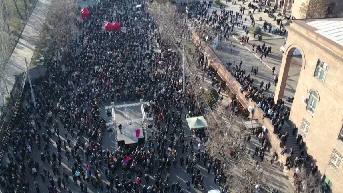 Армения: президент отказал премьеру в освобождении начальника Генштаба
