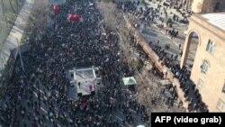 Вірменська опозиція і 27 лютого продовжувала мітингувати в центрі Єревану з вимогами відставки Нікола Пашиняна і його уряду