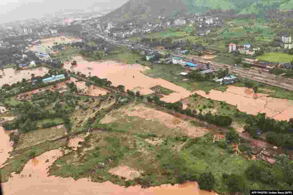 МАКЕДОНИЈА - Најмалку 36 луѓе загинаа во свлечишта предизвикани од силните монсунски дождови во западна Индија, соопштија локалните власти.