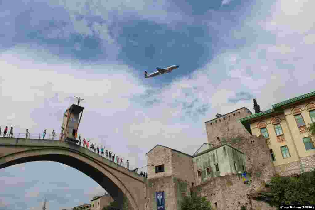 Rijetko viđeni spektakl: posebni avion Red Bulla u niskom, brišućem letu nadlijeće Stari most i skakače.