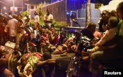 Жители Гомы после эвакуации наблюдают за происходящим: над городом виден дым и огонь, всюду пахнет серой. Фото: Reuters