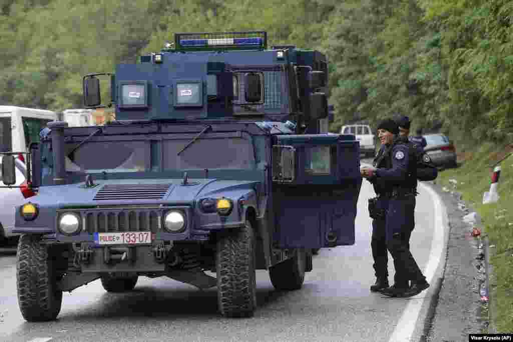 Косовская полиция патрулировала границу, когда этнические сербы собрались на баррикадах у КПП«Ярина»
