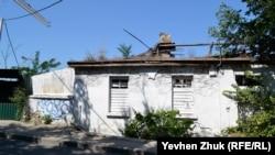 Заброшенный дом побелили снаружи