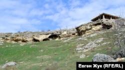 Пещеры на склоне