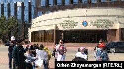 Люди с ограничениями здоровья протестуют перед зданием акимата. Нур-Султан, 28 мая 2021 года.