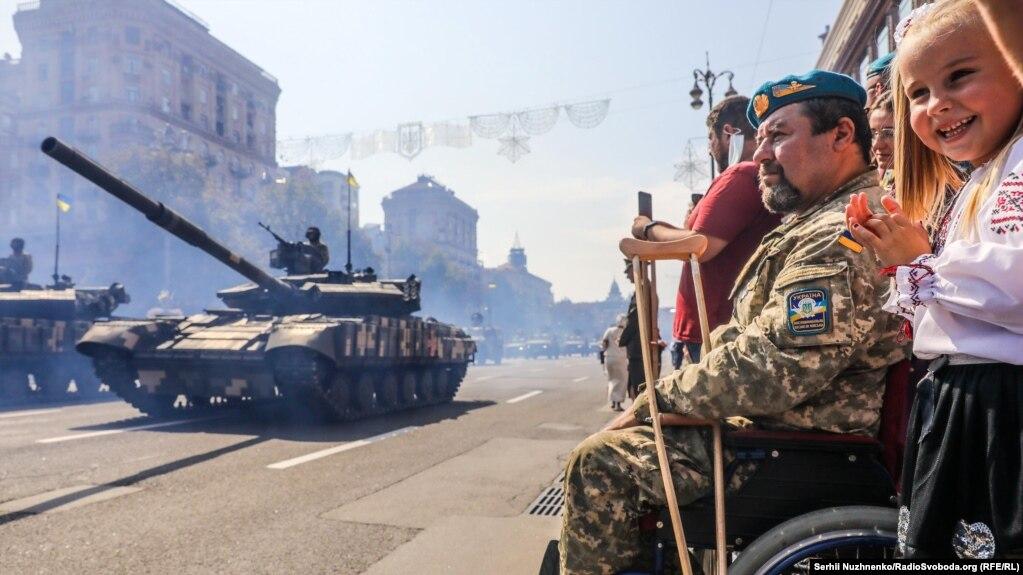 Під час параду і проходження військової техніки тисячі людей із захопленням стежили за дійством