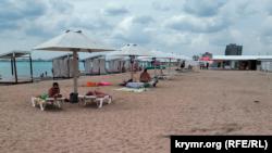 Отдыхающие на пляже неподалеку от Евпатории, июль 2021 года