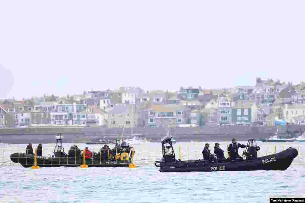 Policija patrolira oko Carbis Bay odmarališta.Tokom samita raspoređeno je dodatnih 5.000 policijskih snaga.