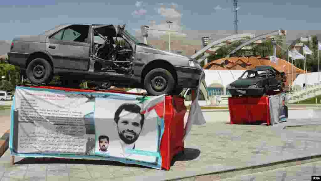 Пежото 405 што го возеше Рошан кога беше убиен во јануари 2012 година, изложен во Техеран. Според очевидци, еден од двајцата моторциклисти залепил магнетна бомба на вратата од автомобилот на Рошан, а потоа исчезнал во сообраќајот пред да се активира експлозивот. Експлозијата го уби и возачот на Рошан.