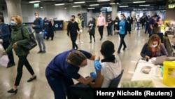 Londonda Tottenham Hotspur Stadionunda keçirilən kütləvi vaksinləmə kampaniyası