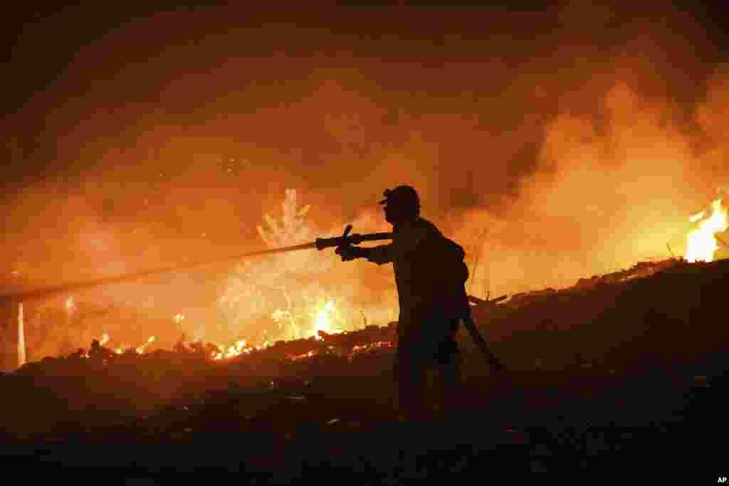 З вогнем борються сотні пожежників за підтримки вертольотів і літаків