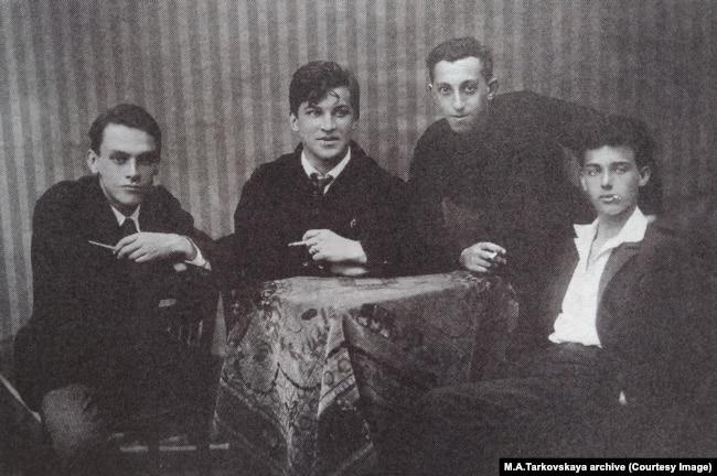 Слева направо: Арсений Тарковский, Юрий Никитин и др. Елисаветград, 1924–1925 гг.
