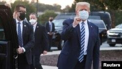 Доналд Тръмп при изписването си от болницата
