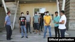 Милиция кызматкерлери пакистандыктарга түшүндүрүү иштерин жүргүзүүдө.