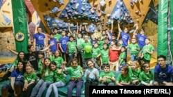 Copii cu diverse dizabilități și instructori Climb Again pozează la finalul petrecerii de Crăciun, organizată la sala de escaladă Galactic Gym din București.