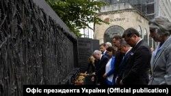 Во время рабочего визита в США президент Владимир Зеленский и первая леди Елена Зеленская посетили Мемориал жертвам Голодомора 1932-1933 годов в Украине, открытый в ноябре 2015 года в центре Вашингтона