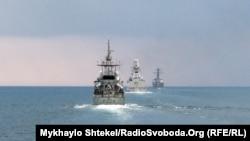 Слева направо: HMS Trent, итальянский фрегат Virginio Fasan и USS Ross в Черном море во время учений Sea Breeze-2021