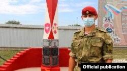 """Дощечки с именами на памятнике """"Мужеству и доблести воинам спецназа"""" в Ханкале, Чечня"""
