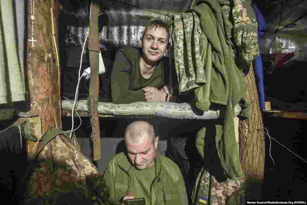 Pihenőjüket töltik ezek a katonák néhány száz méterre a szeparatisták által elfoglalt területtől.