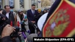 Nawalnynyň guramalarynyň aklawçylary Moskwa şäher sudunyň binasynyň daşynda çykyş edýärler. 26-njy aprel, 2021 ý.