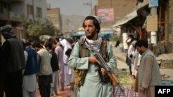 آرشیف،یک تن از نیروهای طالبان در یک مسجد در کابل