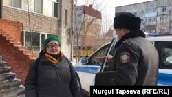 Полиция журналист Айгүл Өтепованы көлікке отырғызып жатыр. Нұр-Сұлтан, 23 қараша 2020 жыл.